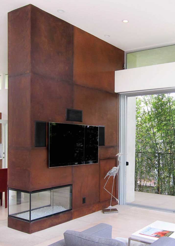 Quer um painel para TV que fuja do convencional? Então aposte no aço corten