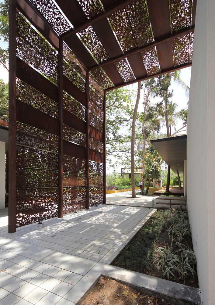 Pergolado em aço corten para a área externa da casa; repare na riqueza dos detalhes que compõe o desenho vazado das chapas