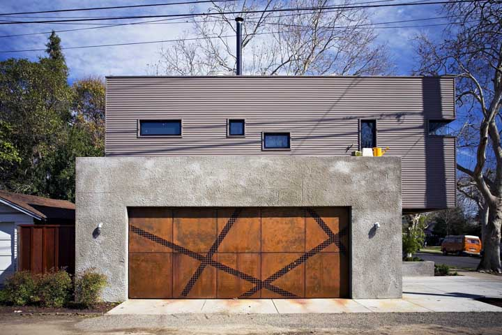 O muro de concreto aparente ganhou a companhia inspiradora do portão em aço corten