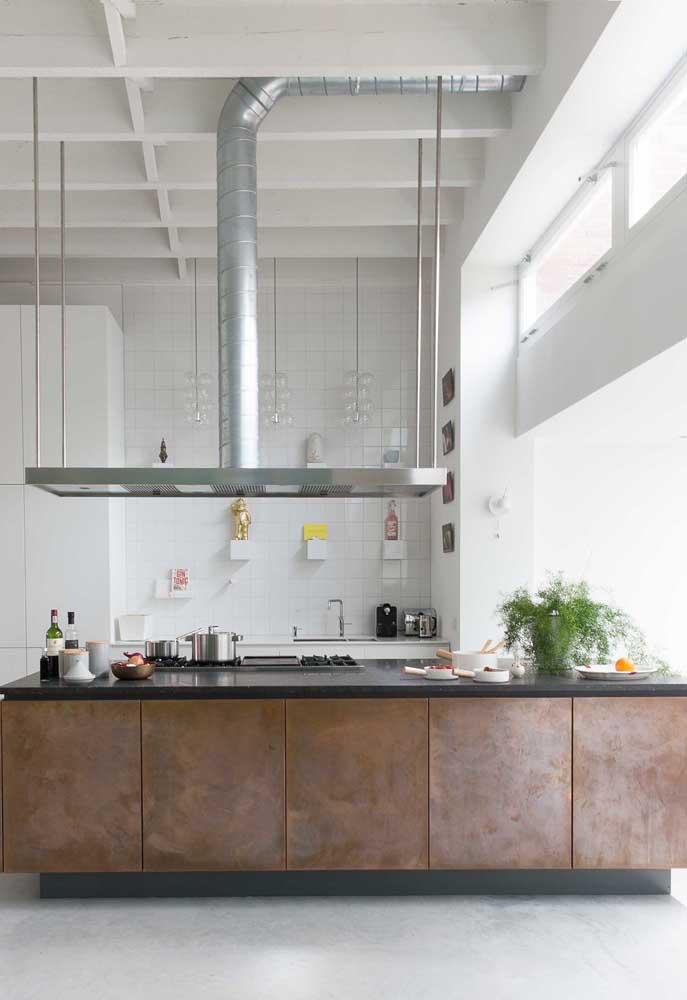 Essa cozinha moderna e industrial apostou no uso do aço corten no revestimento das portas do armário