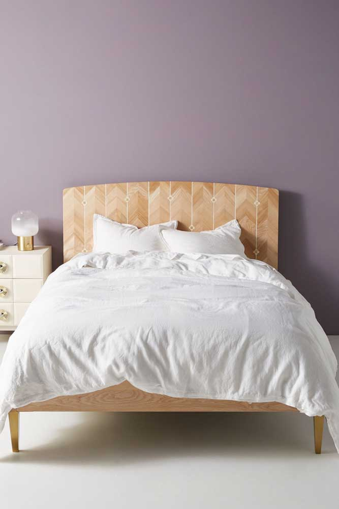 Delicada cabeceira de cama adornada pela marchetaria
