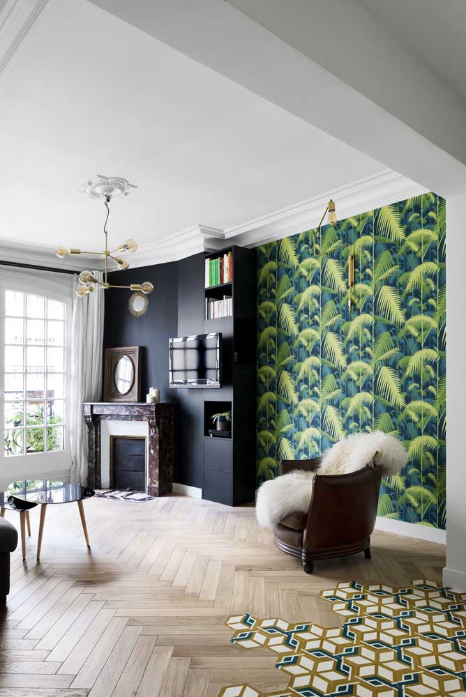 Uma sala de estar pra lá de original com piso em marchetaria até o limite do ambiente