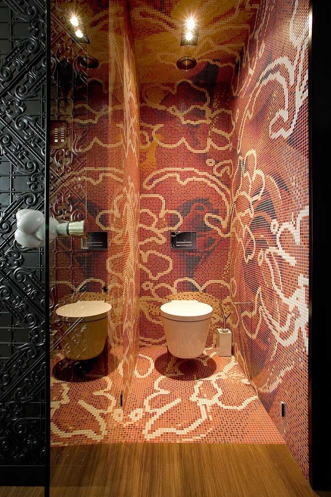 Esse pequeno lavabo trouxe um trabalho incrível em marchetaria no piso, nas paredes e até no teto