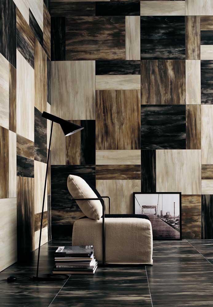 Uma sala cheia de estilo e sofisticação com o trabalho de marchetaria na parede