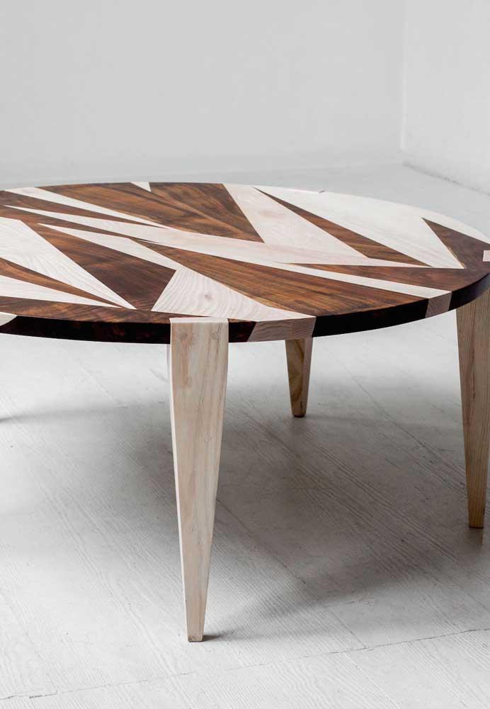 Mesa de centro com trabalho de marchetaria geométrica; repare no belo contraste formado entre os diferentes tons de madeira