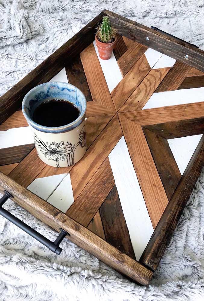 Bandeja rústica de madeira com aplicação de marchetaria na superfície