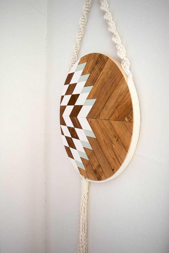Enfeite rústico de madeira feito em marchetaria e suspenso por fios de macramê