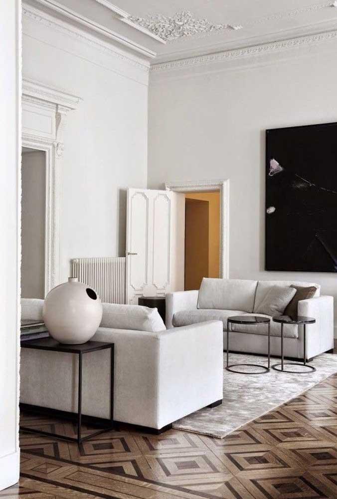 Belíssimo exemplo de marchetaria no piso realçando a beleza da sala de estar em estilo clássico