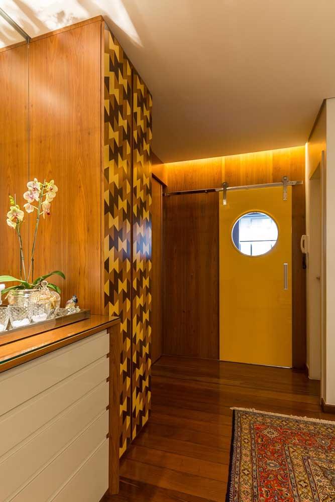 Tons de amarelo marcam esse trabalho de marchetaria na porta do armário