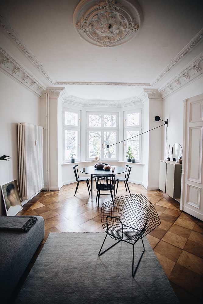 Já nessa sala de estar, o piso em marchetaria remonta a um tempo bem mais distante