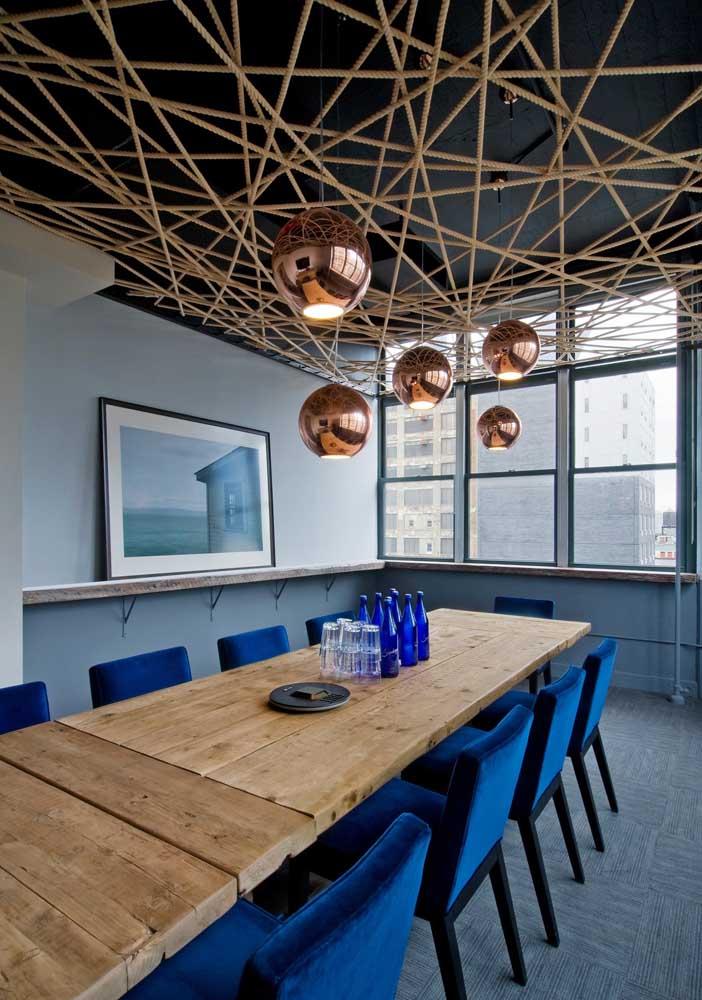 Que belo mix de estilos e materiais por aqui! A mesa de jantar em madeira de demolição combina perfeitamente com os detalhes contemporâneos do restante do ambiente