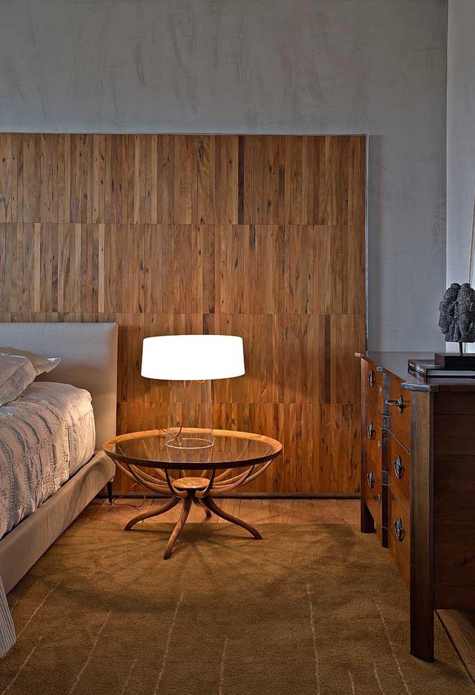 Painel para o quarto do casal em madeira de demolição, uma opção perfeita para quebrar a monotonia do espaço