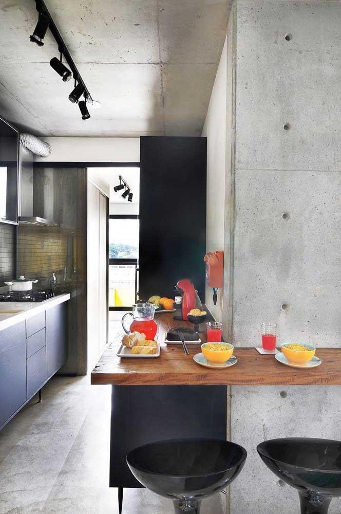 A madeira de demolição se encaixa como uma luva em propostas de estilo industrial; repare no lindo contraste entre a madeira e o concreto aparente