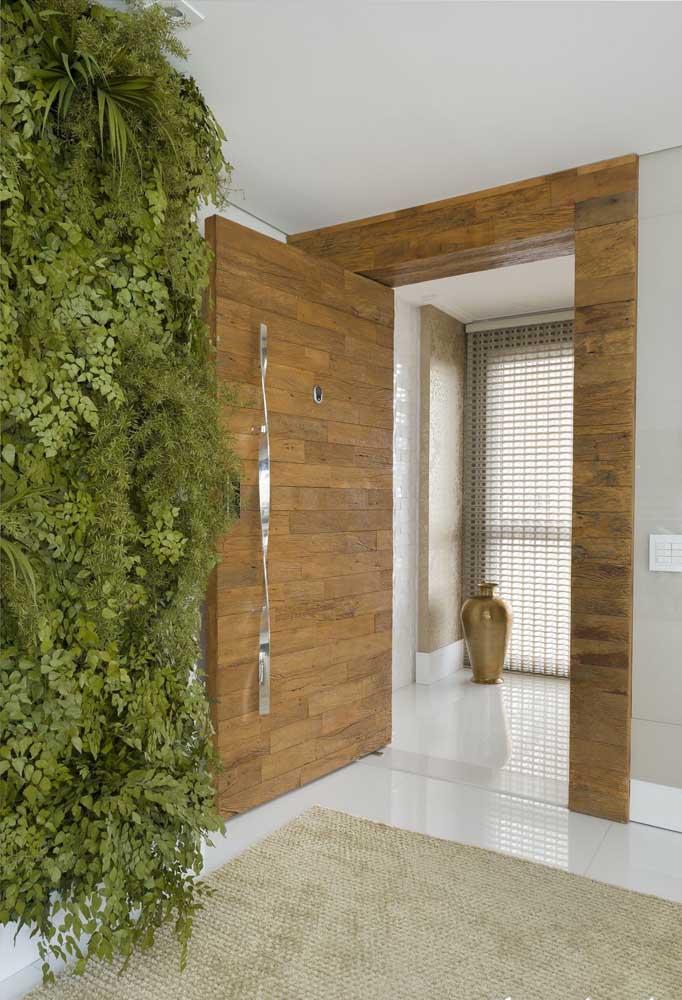 Inspiração de porta em madeira de demolição; destaque para o puxador que garante um visual elegante e sofisticado à peça