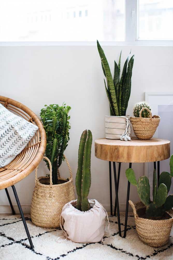 Mesa lateral de estilo industrial para os pequenos vasos feita em madeira de demolição