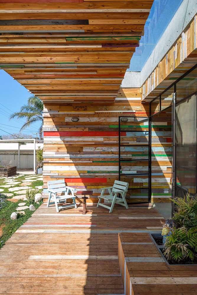 Esse ambiente foi totalmente revestido com peças de madeira de demolição, algumas em tons naturais, outras com detalhes em cores; o resultado final é um espaço rústico e super despojado