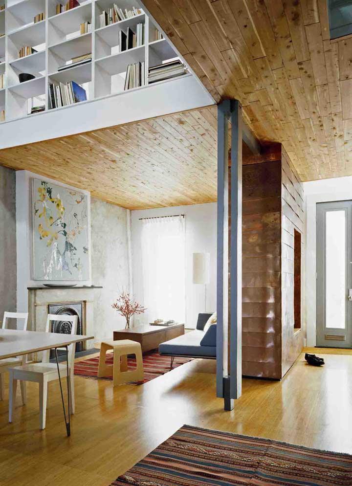 O teto dessa casa moderna foi valorizado com o revestimento em madeira de demolição