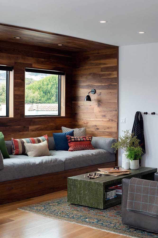 Um cantinho aconchegante na sala de estar com revestimento em madeira de demolição envernizada