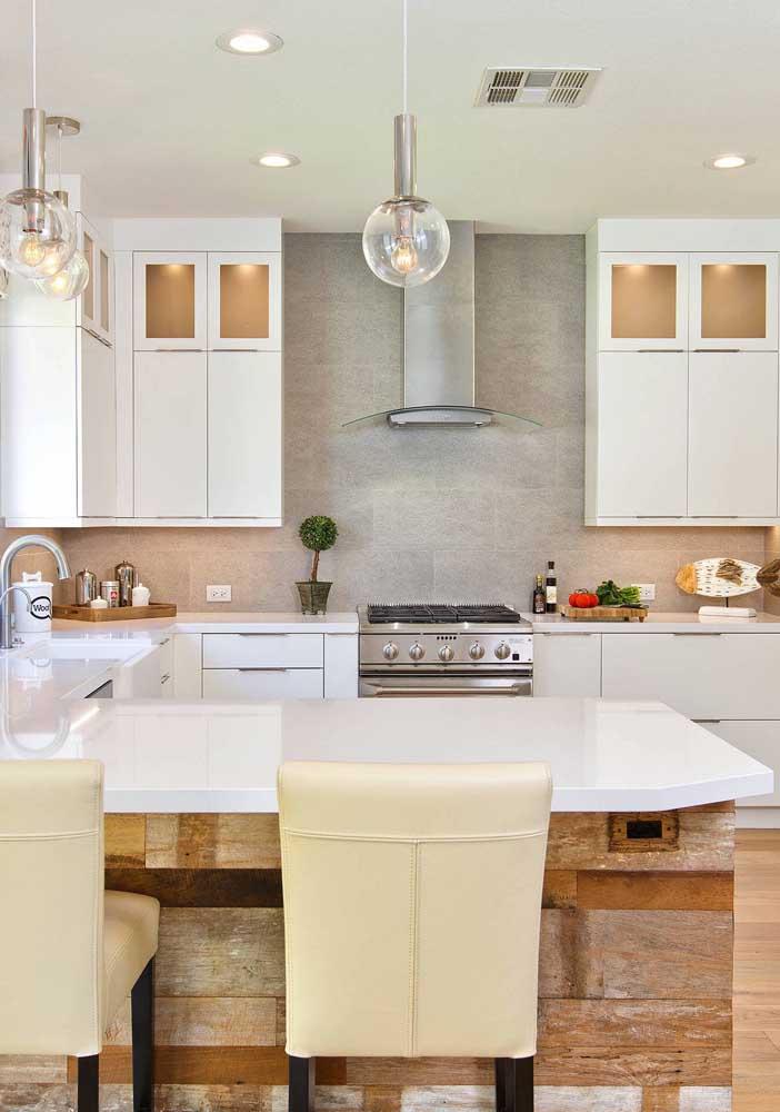 O balcão da cozinha em estilo clássico foi revestido com placas em madeira de demolição