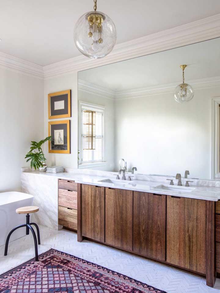 Nesse banheiro amplo e clean, as portas do gabinete e as gavetas foram feitas em madeira de demolição