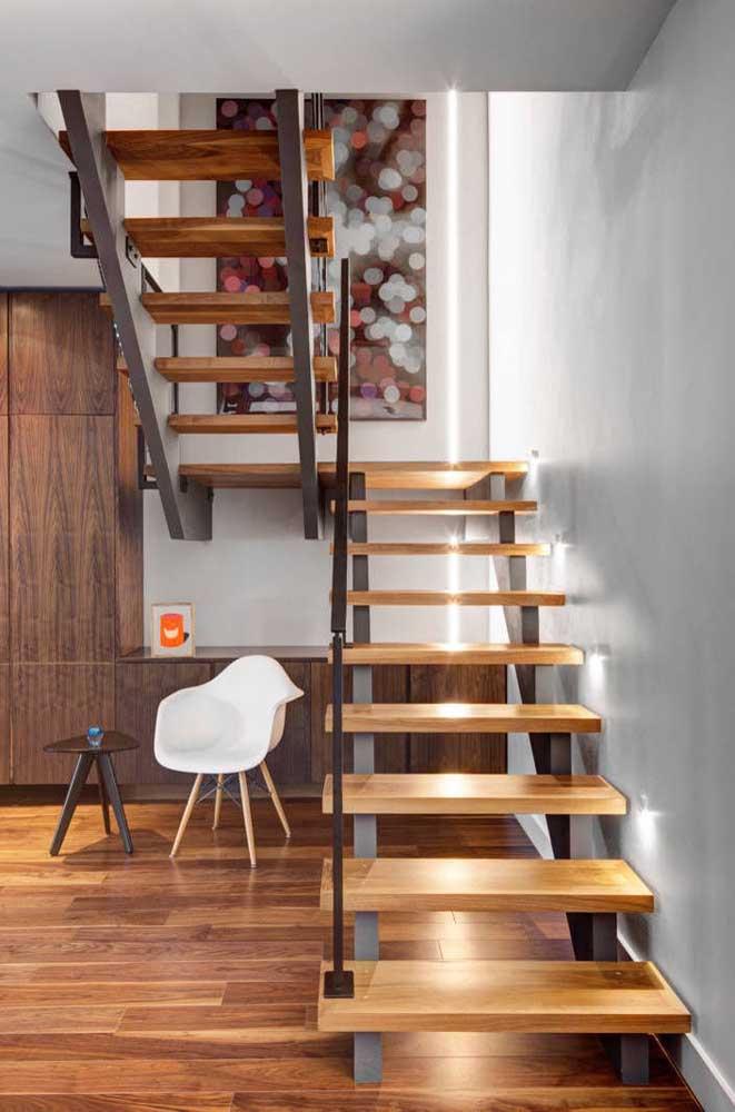 Escada em madeira de demolição com detalhes em ferro: moderna e elegante