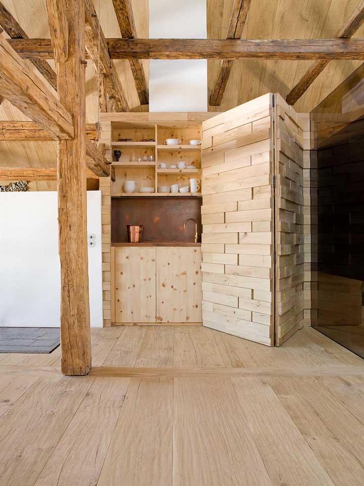 Ambiente totalmente projetado com madeira de demolição; uma aposta certeira para quem deseja criar um estilo próprio na decoração