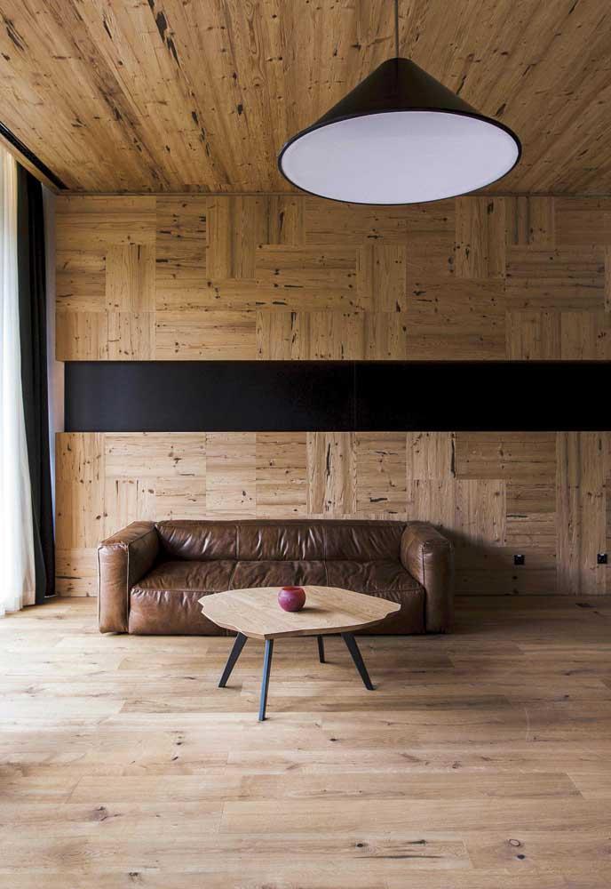 Sala minimalista revestida com placas de madeira de demolição; destaque para os pontos e manchas naturais nas placas