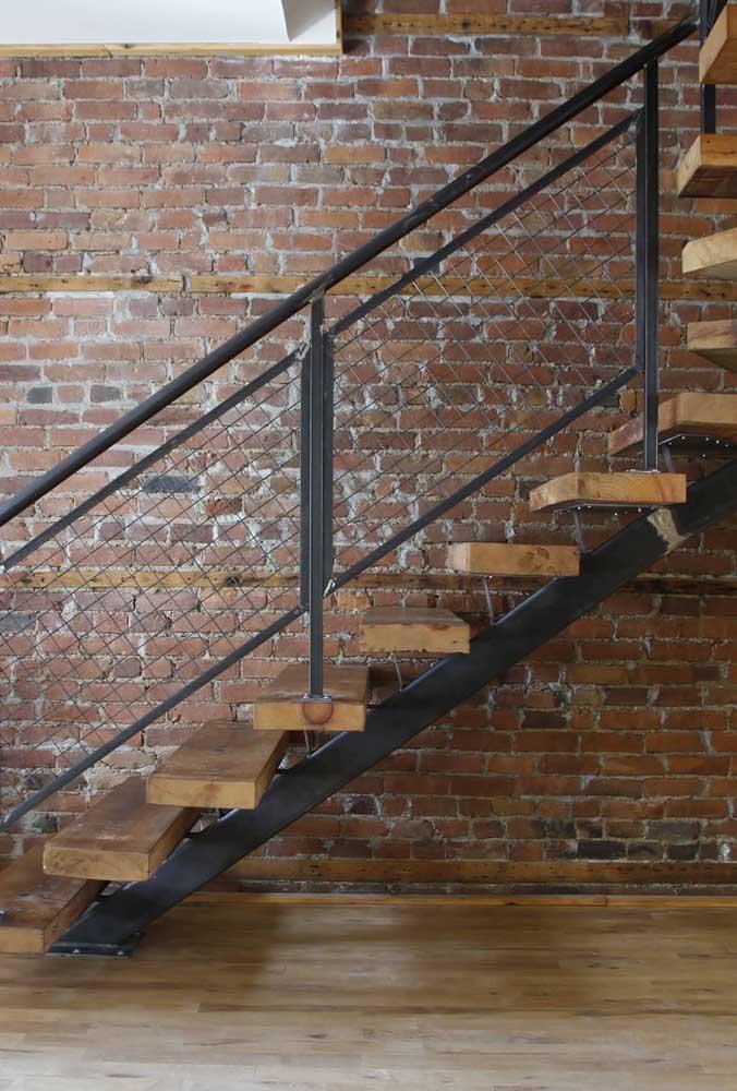 Uma bela proposta de escada feita com madeira de demolição e detalhes em ferro; perfeita para propostas industriais e modernas