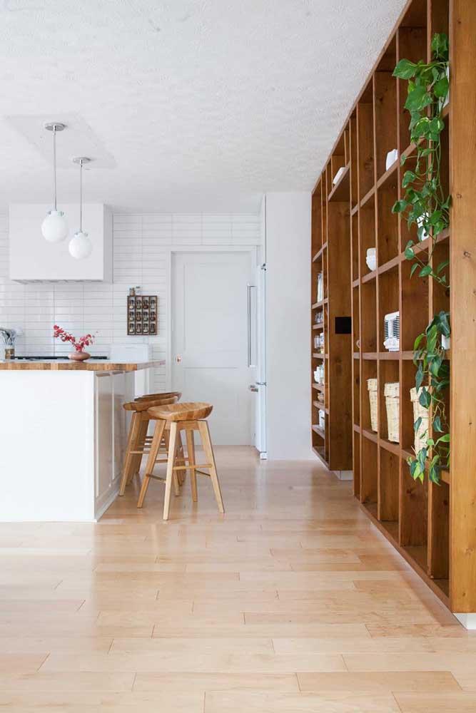 Bancos e bancada da cozinha em madeira de demolição; conjuntinho perfeito!