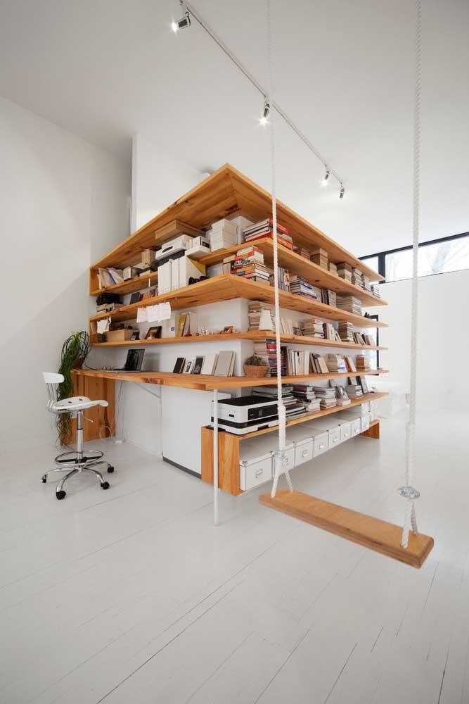 Ambiente branco e clean valorizado pelas peças em madeira de demolição