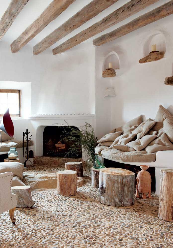 Uma sala de estar rústica com vigas e apoios feitos em madeira de demolição