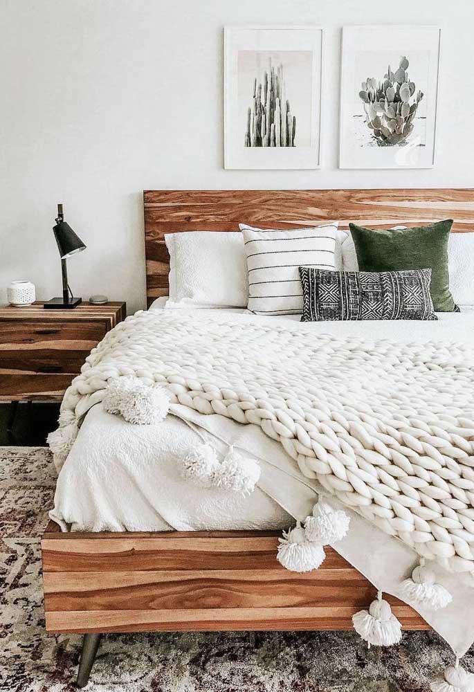 A madeira de demolição foi protagonista no quarto clean deste casal