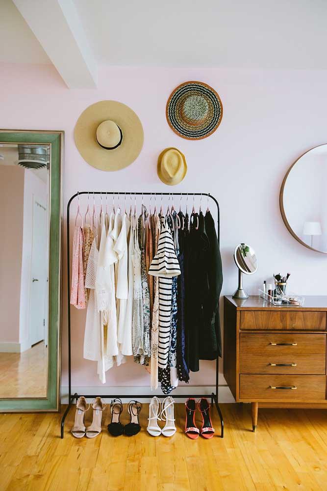 Aqui, os chapéus são parte do armário cápsula e, também, da decoração do quarto