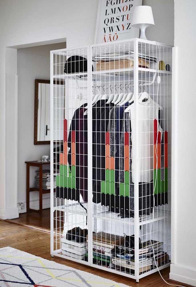 Armário cápsula masculino aramado com portas; opção para deixar as peças expostas e, ao mesmo tempo, protegidas