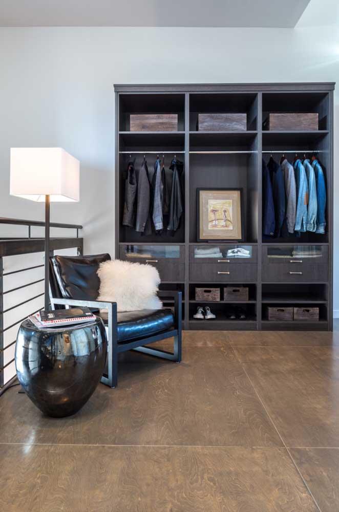 A sugestão aqui é tirar as portas do guarda roupa tradicional e aproveitá-lo para montar o armário cápsula