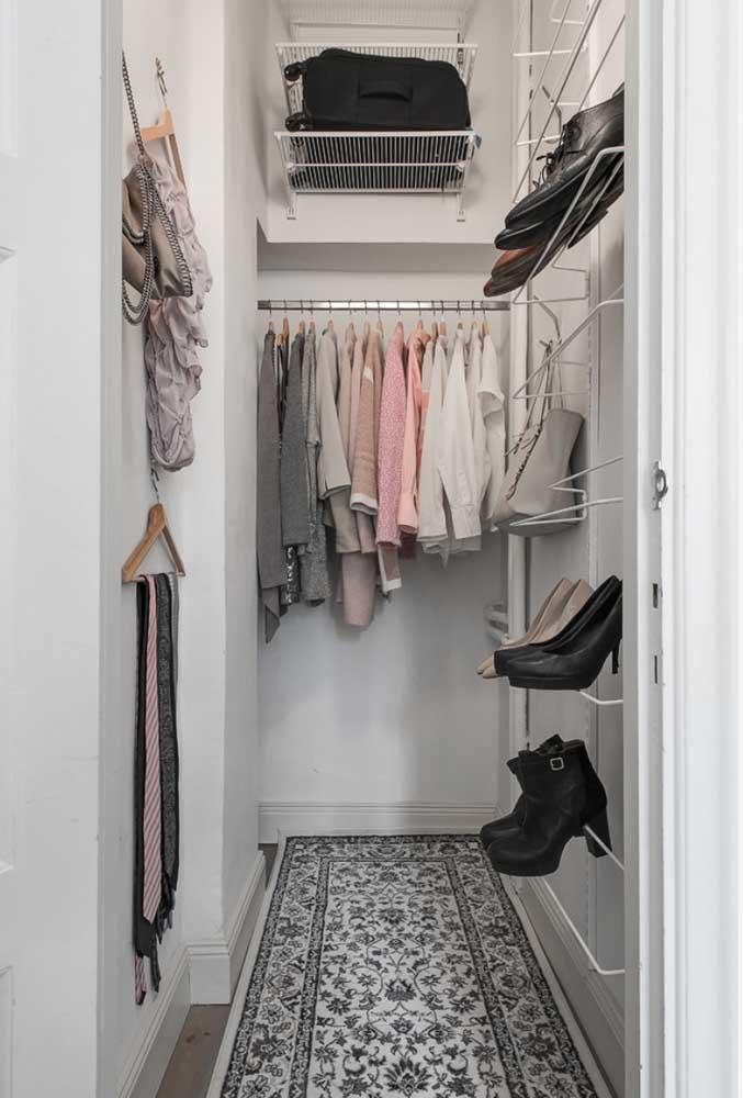 Ganchos, cestos e prateleiras facilitam a organização dentro desse armário cápsula
