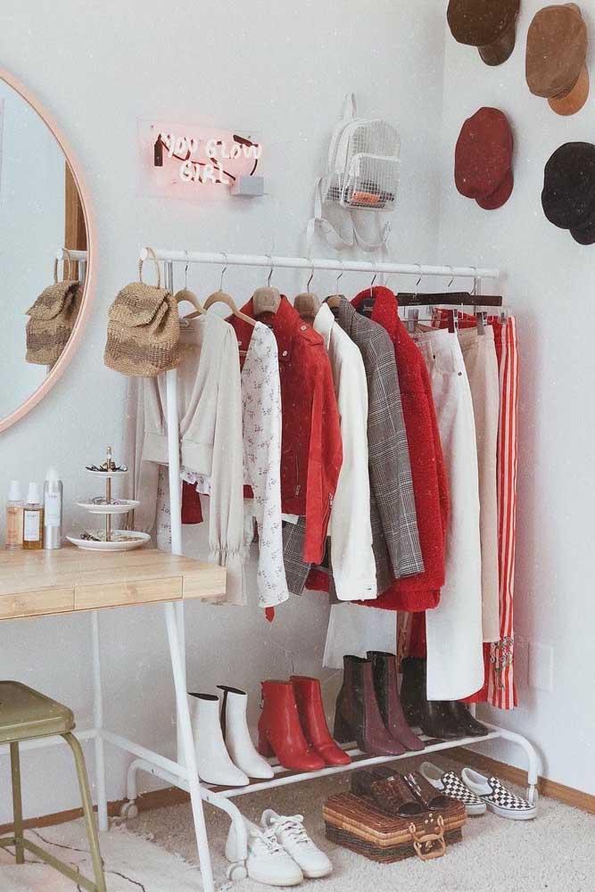 Inspiração de armário cápsula para uma jovem moderna e descolada; repare que as boinas na parede ajudam a compor a decoração do quarto