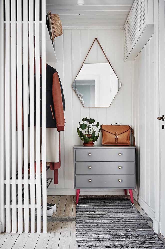 Cantinho lindo e organizado para o armário cápsula: as roupas maiores ficam na arara, enquanto as peças menores podem ser organizadas na cômoda