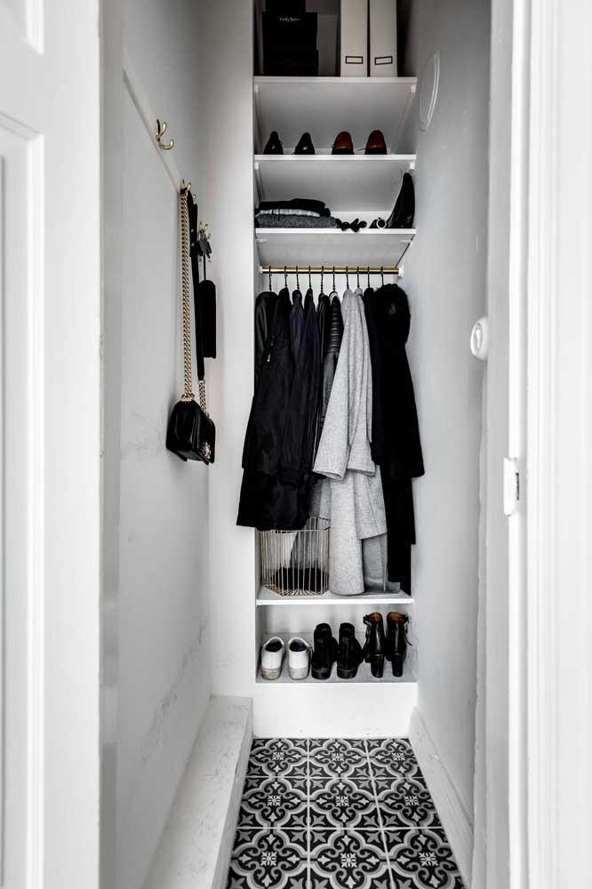 Uma parede já basta para montar todo o armário cápsula; essa proposta de guarda roupa também representa otimização dos espaços