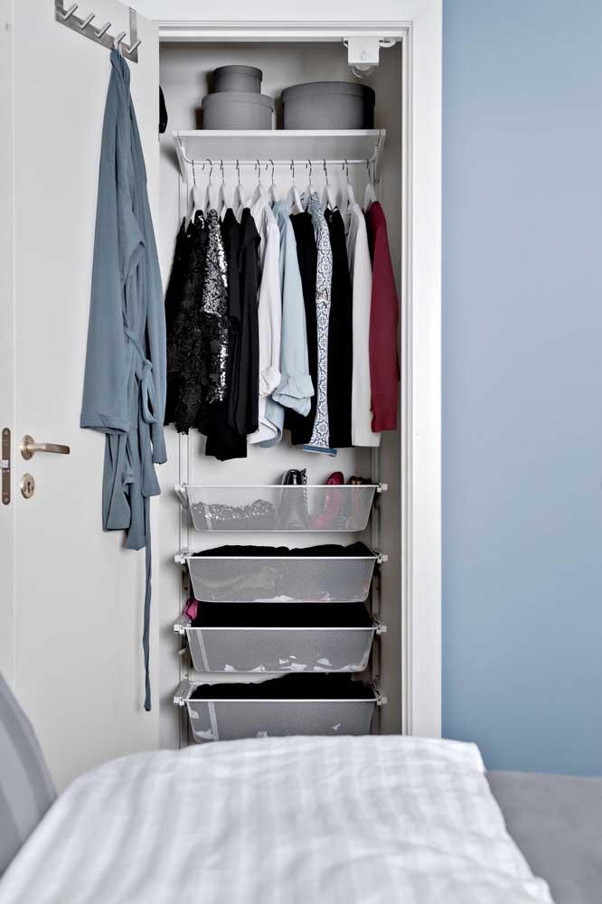Nessa inspiração de armário cápsula, as gavetas dão lugar às caixas organizadoras