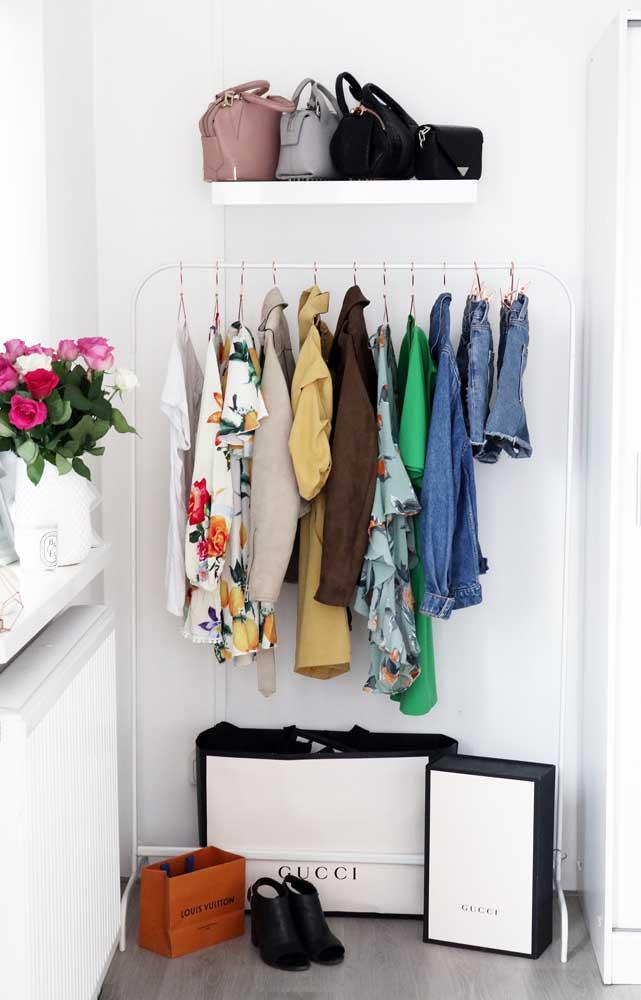 Essa ideia de armário cápsula traz uma pequena arara e uma prateleira para acomodar as bolsas
