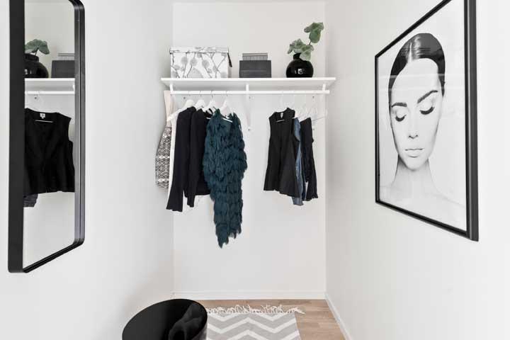 Uma ideia simples para o armário cápsula: prateleira com suporte para roupas