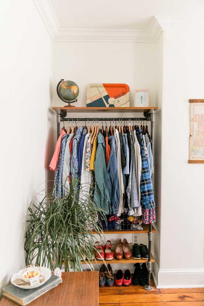 O cantinho do quarto serviu perfeitamente para acomodar o armário cápsula; as prateleiras inferiores organizam os sapatos