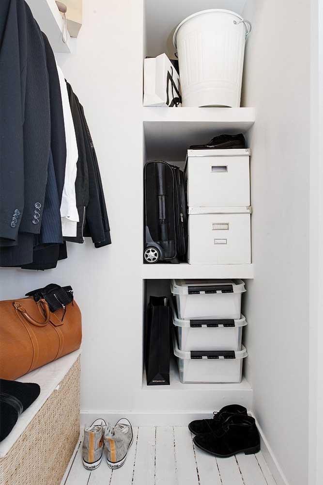 Armário cápsula masculino com espaço para armazenar bolsas e itens usados com menos frequência