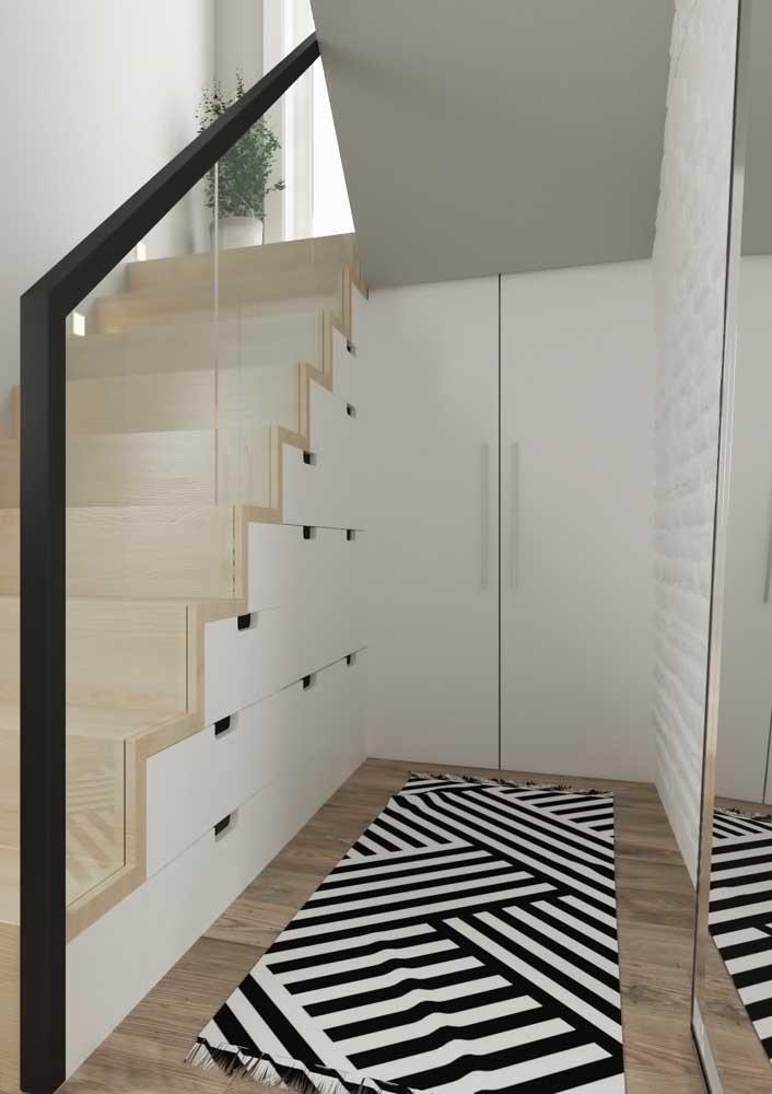 Espaço embaixo da escada com armários e gavetas planejadas; uso inteligente e funcional