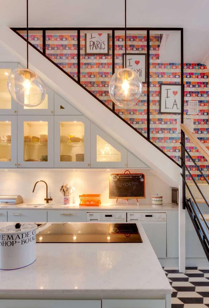 E que tal levar a cozinha para o espaço embaixo da escada?