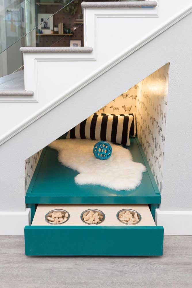 O pequenino espaço embaixo da escada virou o lugar perfeito para acomodar a caminha do pet