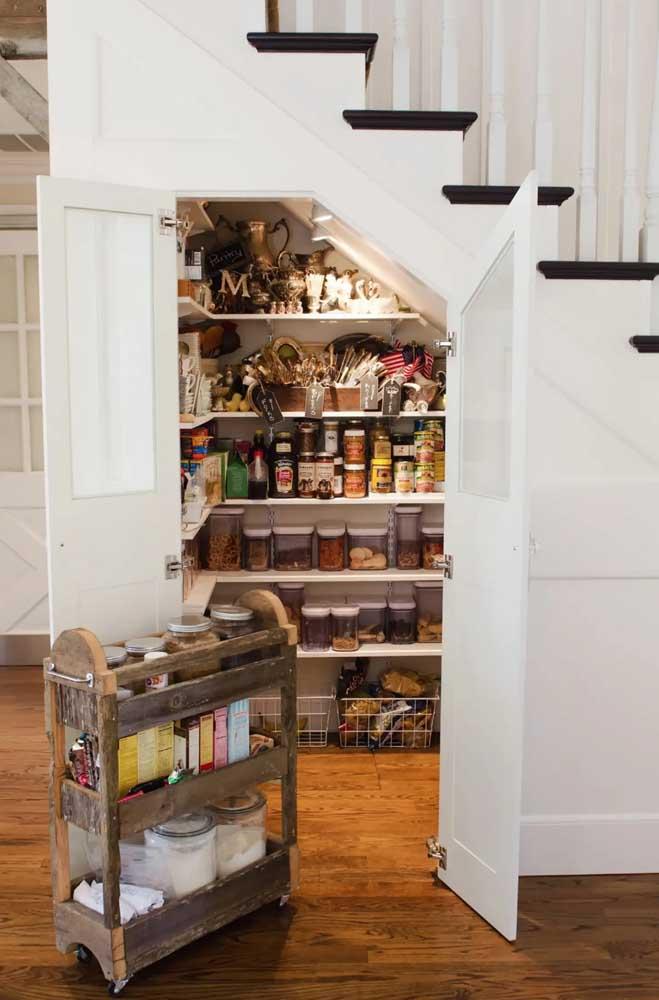 A despensa da casa fica toda guardada embaixo da escada; uma ideia prática e funcional