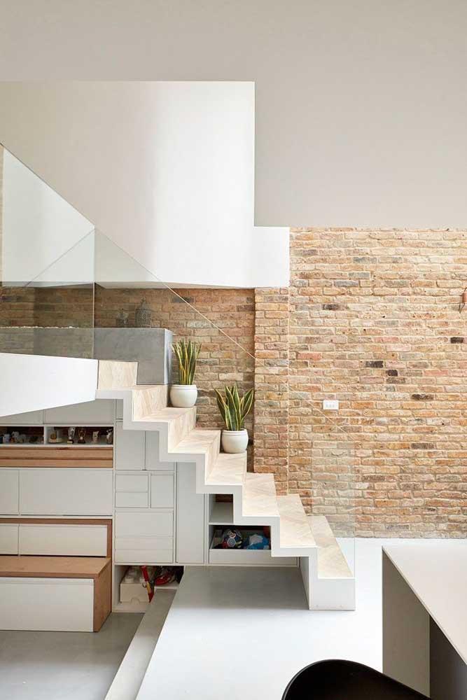 O vão dessa pequena escada traz armários planejados para otimizar o espaço da casa