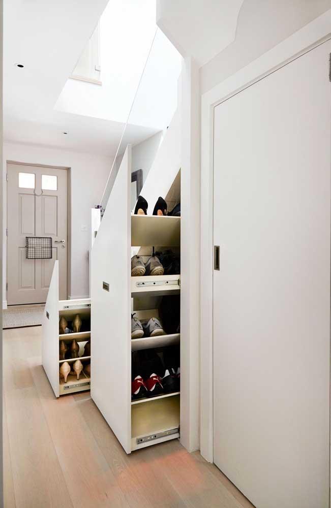Closet para sapatos sob o espaço embaixo da escada